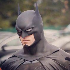 This Batman cosplay looks better than movie props Batman Armor, Batman Suit, Batman Arkham Knight, Batman The Dark Knight, Batman Vs Superman, Batman 2019, Batman Mask, Batman Costumes, Batman Cosplay