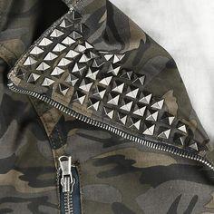 """#Giacca donna """"Studded Camo Jacket"""" della collezione #BlackPremiumbyEMP corta con stampa mimetica e borchie a piramide applicate sul risvolto del colletto."""