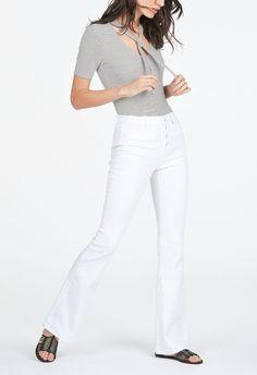 Donner de l'allure rétro à votre style avec ce jean évasé taille haute. Avec une coupe patte d'éph et des boutons sur le devant, il n'y a rien de mieux pour adopter la tendance 70 !...