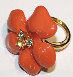 Anello firmato Kenneth Lane con grande fiore in resina corallo e cristalli swarovski.