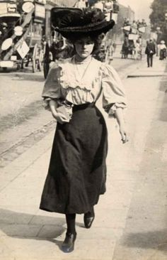 Another popular trend: ridiculously large hats.   13 Photos Of London Street Style From 1905-1908