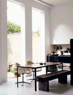 Cozinha com mesa de apoio