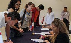 A fin de promover la movilidad de investigadores y estudiantes, la Secretaría emitió una convocatoria para otorgar becas a estudiantes e investigadores mexicanos