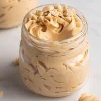 keto peanut butter mousse Low Carb Desserts, Healthy Desserts, Easy Desserts, Low Carb Recipes, Dessert Recipes, Peanut Butter Mouse, Peanut Butter Recipes, Peanut Butter Frosting, Crockpot
