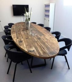 Unieke op maat gemaakte ovale eetkamertafel. Robuuste tafel.   Unique custom made table from the finest wood.