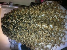 Cute curls Cute curls Sure, the bushy perms of the might be out of vogue, but there are plentitu Curly Hair Tips, Curly Hair Styles, Big Curls For Long Hair, Long Curls, Permed Hairstyles, Cheer Hairstyles, Different Types Of Curls, Bold Hair Color, Spiral Curls