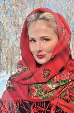 beautiful girl in Russian Pavlovsky Posad shawl. Russian Beauty, Russian Fashion, Style Russe, Beautiful People, Beautiful Women, Beautiful Hijab, Beauty Around The World, Happy Women, Folk Costume