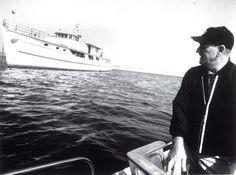 """John Wayne qui quitte le """"Wild Goose"""" avec un dernier regard vers le Yacht"""