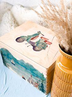 Handgemacht Erinnerungskisten aus Kiefer zur Aufbewahrung all der schönen Erinnerungstücke - Mutterpass, Ultraschallbilder, 1. Body etc. ⠀ ⠀ Gerne fertige ich dir auch eine Kiste mit deinem persönlichem Wunschdesign an. ⠀ Die individuelle Erinnerungskiste ist auch ein wunderbares Geschenk zur Geburt, Taufe, Geburtstag oder Weihnachten. Kiefer, Decorative Boxes, Handmade, Home Decor, Christmas, Creative Gifts, Memories, Birthday, Hand Made