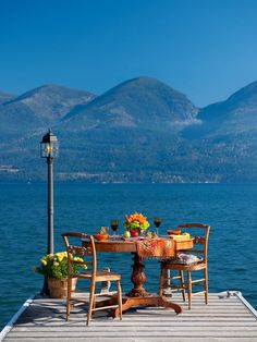 alfresco. Enjoy a meal in serenity with the beautiful landscape and the water