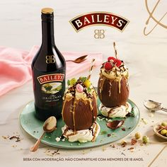 Baileys combina whisky e leite fresco irlandês. Mas a melhor parte é que essa combinação não para por aí. Ela também vai muito bem servida como milkshake dentro do ovo de chocolate. Uma dica deliciosamente atrevida para você acrescentar uma dose de ousadia e se permitir nesta Páscoa. Beba com moderação. Não compartilhe com menores de 18 anos. Whiskey Drinks, Cocktail Drinks, Bolos Naked Cake, Coffee Music, Baileys, Root Beer, Diy Food, Milkshake, Bon Appetit