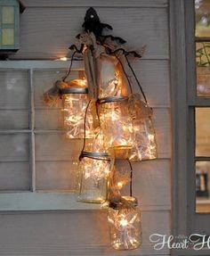 Hazlo tú mismo: una lámpara de lo más navideña con botes de cristal. Porque nunca es demasiado temprano para empezar a preparar la Navidad.