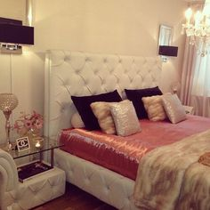 Elegant peach and white room. I'm not a fan of the satiny pink sheet but the idea is great. Pinterest @sydonce