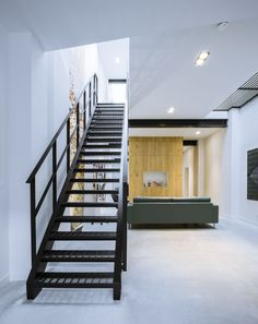 In the heart of 's-Hertogenbosch a former office and workshop were completely renovated and converted into a loft. Because the property is as much as 20 meters deep and the only light comes at the front, rear light was an important theme.   The expli...