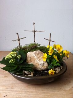 Paastuintje maken. Nu ligt de steen nog voor het graf. Maar zondagmorgen mag de steen weg en zullen we zien dat het graf leeg is. Want Jezus is opgestaan!