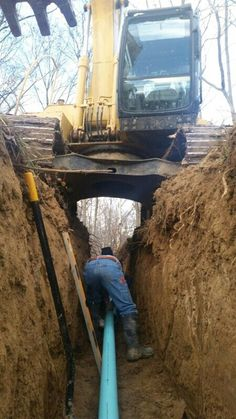 Dangerous trench work Construction Humor, Safety Fail, Out Of Your Mind, Workplace Safety, Big Rig Trucks, Safety First, Crazy People, Work Humor, Live Long