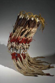 Головной убор, Танец Травы; Сарси. Размеры: 102,5 х 33 х 10 см. Кожа, мех (горностай?), ткань, перья, бисер, волосы, металл, шитьё, пигмент, сухожилия. SARSI RESERVE, Альберта. Донор: Dr. Pliny E. Goddard, 1905 год. AMNH.