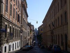 Riprendiamo il nostro percorso alla scoperta della Capitale, approfondendo questa volta la struttura urbanistica dei 22 Rioni romani della Capitale. Ecco i primi tre: Monti, Trevi e Colonna