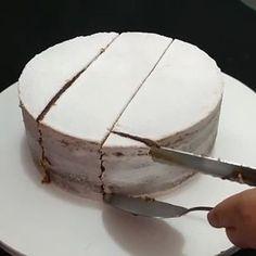 ⠀💡💡DICA: Como cortar um bolo redondo? por @sindersfood_asmeninasdobolo⠀⠀.Inspire-se e Faça a Festa @shopfesta💜 Cake Portions, Cake Servings, Cake Decorating Techniques, Cake Decorating Tips, Mini Cakes, Cupcake Cakes, Cake Serving Guide, Birthday Cake For Mom, Cake Hacks
