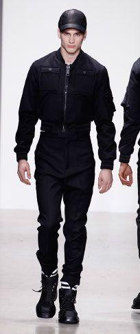 Siyah gümrüklü pazen çok cep bombardıman beyaz merserize pamuklu t shirt siyah bağlı yün yüksek belli pantolon ince siyah deri / yün beyzbol şapkası beyaz / siyah rugan / naylon ayak bileği manşet mat siyah kauçuk deri çizme alan