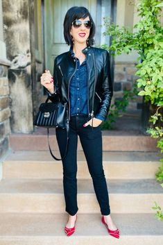 If you love an edgy vibe with your classic wardrobe and need some ideas of how to incorporate it into your style, I break down exactly how to do for work outfits and casual outfits. Learn exactly what…More Classic Wardrobe, Classic Outfits, Fall Wardrobe, Classic Style, Casual Outfits, Fashion Outfits, Fashion Trends, Fashion Styles, Edgy Style