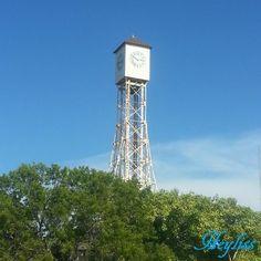Este reloj es el símbolo de la ciudad de Montecristi, el cual fue instalado el 11 de Marzo de 1895 en el Parque Duarte y a la fecha de hoy sigue dando la hora.