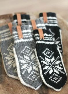 Mittens so swedish! Knitted Mittens Pattern, Knit Mittens, Knitted Gloves, Knitting Patterns, Norwegian Knitting, Fair Isle Knitting, How To Purl Knit, Dog Sweaters, Knitting Accessories