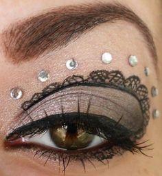 Gezeichnete Spitze um die Augen für ein Steampunk Make-Up