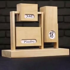 DIY wooden calendar 📆😃 (Video Credit The Q Diy Wood Projects, Wood Crafts, Diy And Crafts, Fine Woodworking, Woodworking Crafts, Woodworking Chair Ideas, Woodworking Essentials, Woodworking Bandsaw, Highland Woodworking