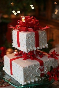 A Cute Christmas Themed Wedding Cake | weddee.co | check out our wedding budget and planning app https://itunes.apple.com/us/app/weddee-wedding-budget-planning/id769721884?mt=8