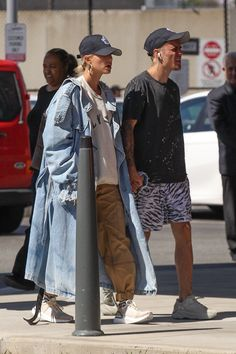 """Hailey and Justin leaving Boston. Hayley Bieber, Workout Gear For Men, Justin Bieber Style, Hailey Baldwin Style, Justin Hailey, Fashion Vocabulary, Couple Outfits, Nike Outfits, Street Style Looks"