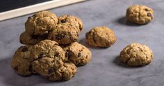 Chocolate Chip Banana Oatmeal Cookies by Greek chef Akis Petretzikis. Healthy, aromatic oatmeal, coconut, chocolate chip, banana and cinnamon cookie treats! Banana Oatmeal Cookies, Healthy Oatmeal Cookies, Oatmeal Cookie Recipes, Chocolate Chip Cookies, Chocolate Chips, Coconut Chocolate, Vegan Sweets, Healthy Sweets, Snack Recipes