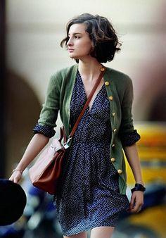 blaues Kleid mit grüner Strickjacke