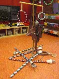 Ringsteekspel voor riddertoernooi. Met de lans op een stokpaard proberen door de ring te steken.
