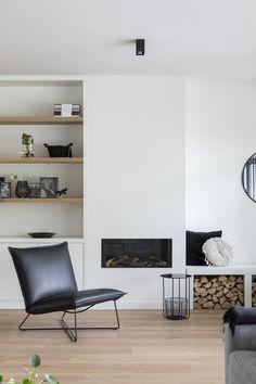 "Lifs interieuradvies & styling www.lifs.nl Foto: Denise Keus – ""Stijlvol Wonen""- Sanoma Regional Belgium N.V. #stijlvolwonen #fireplace #maatwerk #eikenvloer #gashaard #ontwerp #houtblokken #houtopslag #lifs #lifsinterieuradvies #onlineadvies #interior #interiorproject"