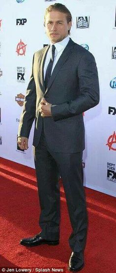 Charlie Hunnam....sons of anarchy premiere
