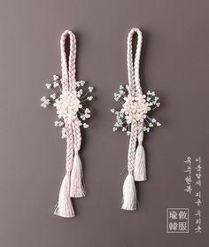 이화노리개 Korean Accessories, Girls Accessories, Jewelry Knots, Cute Jewelry, Rakhi Design, Felt Bookmark, Japan Crafts, Camping Gifts, Korean Traditional