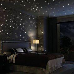 Leds no teto e parede imitando estrelas.