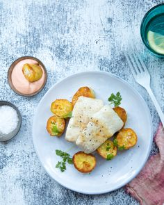 Baked northern pike served with roasted potatoes and sriracha mayonnaise. http://www.jotainmaukasta.fi/2017/02/28/paistettu-hauki/