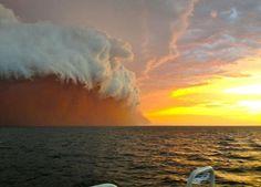 Una nube blanca de una tormenta de polvo, o haboob, a medida que viaja a través del Océano Índico cerca de Onslow en la costa oeste de Australia