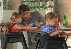 Daddy Roger Federer and the first tennis steps of the two twins
