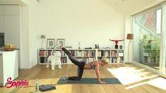 Mit dem Bauch-Beine-Po Workout von Sophia Thiel hast du in nur 12 Wochen deinen Traumkörper. In unserem Video siehst du, wie die Übungen funktionieren.