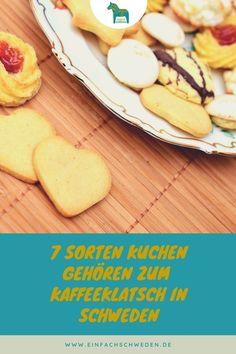 """Wieso heißt ein schwedisches Traditions-Backbuch """"Sju sorters kakor"""", also sieben Sorten Kuchen? Klar, dass es etwas mit der Geschichte zu tun hat. Was genau das ist, das kann im Artikel nachgelesen werden. #einfachschweden #sjusorterskakor #schwedischetradition #kaffeetrinken #schweden Fika, Pancakes, Cheese, Breakfast, Stuffed Biscuits, Cake Competition, Nordic Kitchen, Coffee Break, Morning Coffee"""