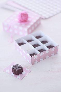 Bombones de chocolate negro y licor, rellenosde ganache de chocolate blanco y mango