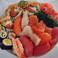 Sushi at home Sushi Recipes, Asian Recipes, Healthy Recipes, Love Food, A Food, Food And Drink, Sushi Love, Sushi Sushi, Onigirazu