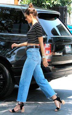 alessandra ambrosio com top cropped e mom jeans
