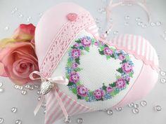 XL Tilda Stoffherz mit Blütenkranz Stickerei in Kreuzstich gestickt