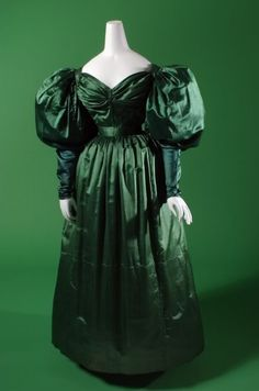 A totaly lovely evening dress. England around 1830. It sure would also suite me. What do you think?