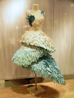 window dress form - looks like feathers Paper Fashion, Floral Fashion, Fashion Art, Fashion Design, Christmas Tree Dress, Recycled Dress, Dress Form Mannequin, Feather Dress, Peacock Dress