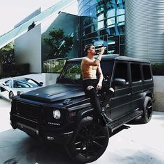 How awesome is Jay Alvarez's matte black Mercedes G Wagon? Perfect to sit on & drink an ice cold coke 👌🏼 Mercedes Auto, Mercedes G Wagon, Maserati, Bugatti, Ferrari, Dream Cars, My Dream Car, Land Rover Auto, Bmw